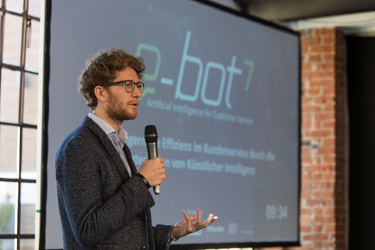 Xaver Lehmann von e-Bot 7 beim Start & Pulse Pitch Event
